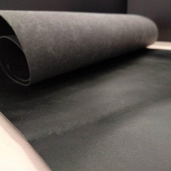 Materiales sintéticos en negro